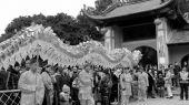 A group of Asian people dance dragon in folk festivals — Foto de Stock