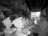Kunstenaar klei standbeeld van de man die lacht — Stockfoto