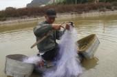HAI DUONG, VIETNAM, JULY, 30: fisherman use boat and net fishing — Stock Photo