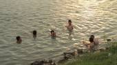 HAI DUONG, VIETNAM, JUNE, 10: people bathing in the river at sun — Stock Photo