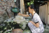 Woman grinding green bean with millstone, vietnam — Stock Photo