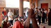 Mestres religiosos, abençoados por um grupo de pessoas no templo, v — Fotografia Stock