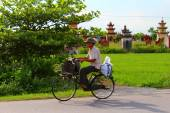 Asian man riding a bicycle on the road — Stockfoto