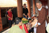 Religious masters blessed for a group of people at the temple, v — Stockfoto
