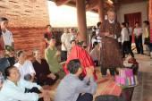 Maestri religiosi benedetti per un gruppo di persone al tempio, v — Foto Stock