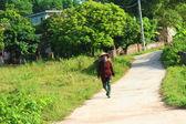 Chłopka z sierp na drodze — Zdjęcie stockowe
