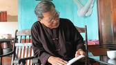 медицина человек увидеть лекарственные книгу, вьетнам — Стоковое фото