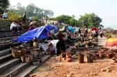 Gens sur le marché de la céramique — Photo