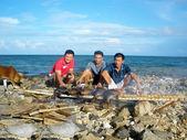 Pescadores de peixe grelhado da costa — Fotografia Stock