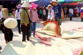 HAI DUONG, VIETNAM, SEPTEMBER, 10: people at Market selling bed — Stock Photo