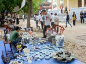 HAI DUONG, VIETNAM, October, 27: People in antiques market on Oc — Foto Stock