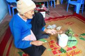 Woman making betel with betel and areca — Stock Photo