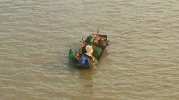 Fishermen catch fish in the river — Vidéo