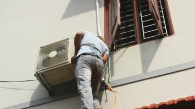 Worker is installing air conditioners in the house — Stock Video