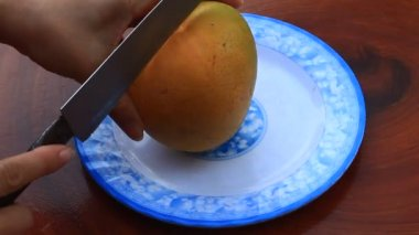 Cutting mango on a plate — Stock Video
