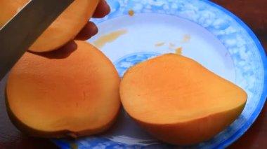 Mango schneiden auf einem Teller — Stockvideo