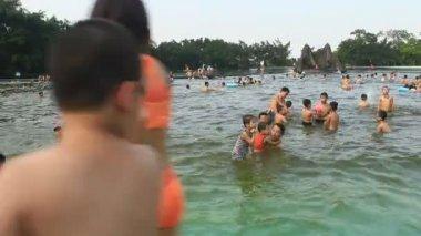 Hanoi, Vietnam, May, 1, 2015: People bathing in pool — Stock Video