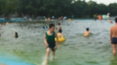 Hanoi, Vietnam, 1. Mai 2015: Menschen im Pool Baden — Stockvideo