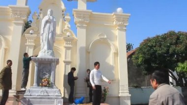 Haiduong, Vietnam, April, 10, 2015, group of people preparing altar at the church — Stock Video