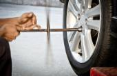 Replacing damaged wheel drive vehicle — Stock Photo