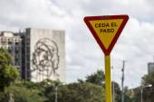 Yield sign at Plaza de la Revolucion in Havana, Cuba — Stockfoto