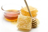 Honungskaka på vit bakgrund — Stockfoto