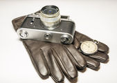 Filmkamera, pocket watch och läder handskar — Stockfoto
