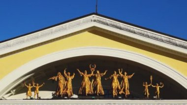 Art group of statues on theater fronton — Stock Video