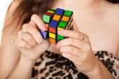 Woman solves puzzle — Stock Photo