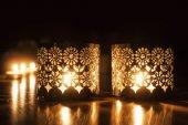 Deux petites bougies brûlants sur fond foncé — Photo
