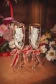 Two glasses and bouquet of the bride on a stone handrail  — Stock Photo