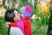 Daughter in a knitted cap with his mother in the park — 图库照片