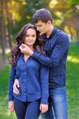 A picture of a young romantic couple in the park — Stock Photo