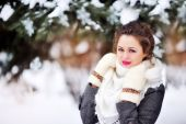 Beautiful girl in the park in winter shawl — Stock Photo