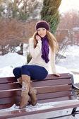 Mulher jovem e bonita sorridente relaxante ao ar livre em um dia de inverno — Foto Stock