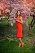 美丽的年轻女子站在拱花和在下 — 图库照片