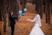 Mariée et le marié jouant dans les bois — Photo