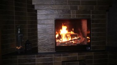Fire burning in the fireplace in the evening on Christmas — Stock Video