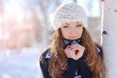 Utomhus porträtt av vacker ung flicka i vinter — Stockfoto