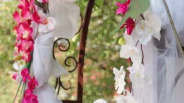 Arco de casamento com flores na grama — Vídeo Stock