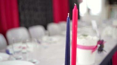 Krásně zdobené tabulka nevěsta a ženich v restauraci — Stock video