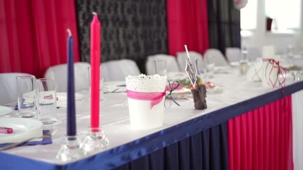 Decorado mesa novia y el novio en el restaurante — Vídeo de stock