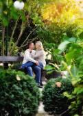 Amantes de la pareja en un banco en el Parque otoño — Foto de Stock