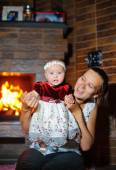 Mother and daughter in the fire, the comfort of home — Stock Photo