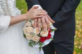 Wedding rings on hands of bride and groom — Stockfoto