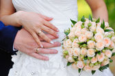 Hands with rings bride and groom at the wedding — ストック写真