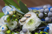 Wedding rings with rose flowers  — Stock fotografie