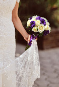 Beautiful wedding bouquet in bride's hand — Stock Photo