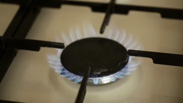 Quemadores del estufa de gas en la cocina — Vídeo de stock