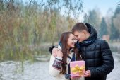 Man gives his girlfriend a gift — Stockfoto
